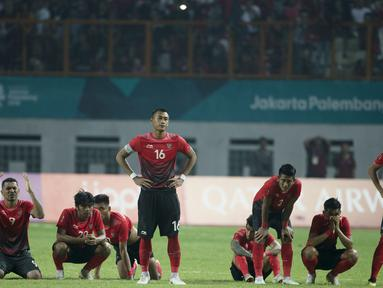 Pemain Indonesia tampak kecewa usai ditaklukkan Uni Emirat Arab (UEA) pada laga Asian Games di Stadion Wibawa Mukti, Jawa Barat, Jumat (24/8/2018). (Bola.com/Vitalis Yogi Trisna)