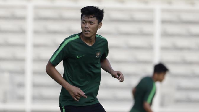 Pemain Timnas Indonesia U-22, Feby Eka Putra, saat latihan di Stadion Madya, Senayan, Jakarta, Senin (4/3). Latihan tersebut untuk persiapan kualifikasi Piala AFC U-23. (Bola.com/M Iqbal Ichsan)