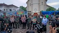 Panglima TNI dan Kabaintelkam kunjungi Gereja Katedral Makassar (Liputan6.com/Fauzan)