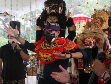 Kunjungan ke Bali, Sandiaga Uno Disambut Penari Barong
