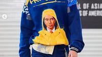 Desainer Maggie Hutauruk-Eddy menampilkan wajah Jokowi dalam salah satu karyanya di ajang New York Fashion Week (Dok.Instagram/@ 2maggieson/https://www.instagram.com/p/B8bbMxrAie5/Komarudin)
