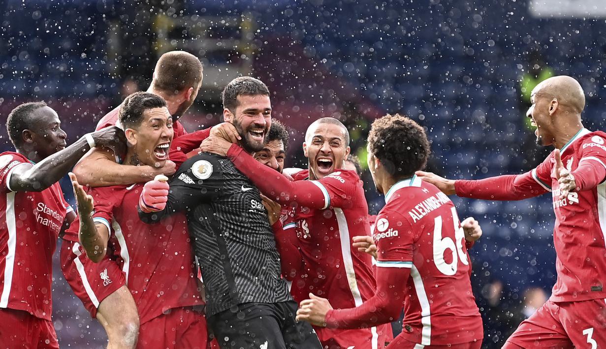 Kiper Liverpool, Alisson Becker (tengah) berselebrasi dengan timnya usai mencetak gol ke gawang West Bromwich Albion dalam laga lanjutan Liga Inggris di Stadion The Hawthorns, Minggu (16/5/2021). Alisson menjadi pahlawan Liverpool saat mengalahkan West Bromwich 2-1. (Laurence Griffiths/Pool via AP)