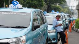 Pengemudi taksi menunggu penumpang di kawasan jalan Asia Afrika, Jakarta, Selasa (19/5/2020). Imbas pemberlakukan PSBB untuk memutus rantai penyebaran virus corona Covid-19 aktivitas masyarakat berkurang berdapak pada angkutan taksi sepi penumpang. (merdeka.com/Dwi Narwoko)