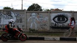 Beberapa pesan moral dilukiskan di tembok pembatas di sepanjang Jalan Juanda, Depok, Jawa Barat. Foto diambil pada Senin (2/3/2015). (Liputan6.com/Helmi Fithriansyah)