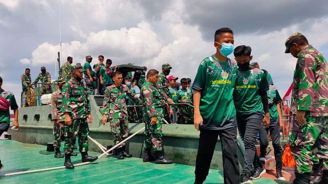 Para pelajar usai menaiki kapal TNI AD menyusuri Sungai Musi Palembang dalam rangka wisata edukasi City Tour TMMD ke-110 (Liputan6.com / Nefri Inge)