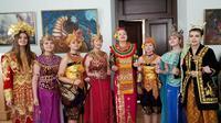 Para Mahasiswi di Universitas Tarash Shevchenko mengenakan pakaian ada Nusantara (Istimewa).