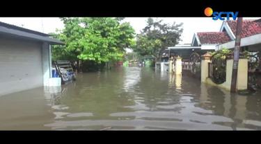 Ketinggian air mencapai hampir satu meter dan menyebabkan aktivitas warga lumpuh total.