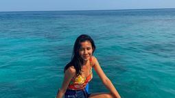 Penampilan Shenina Cinnamon saat liburan di Pulau Seribu tampak begitu santai. Ia terlihat mengenakan tank top bermotif bunga yang dipadukan dengan hot pants. Gayanya saat duduk di atas perahu terlihat keren. (Liputan6.com/IG/@shenacinnamon)