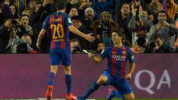 Striker Barcelona Luis Suarez merayakan gol ke gawang Atletico Madrid pada leg kedua semifinal Copa del Rey di Estadio Camp Nou, Spanyol, Selasa (7/2). Barcelona melaju ke final setelah bermain imbang 1-1 kontra Atletico Madrid. (AFP PHOTO/LLUIS GENE)