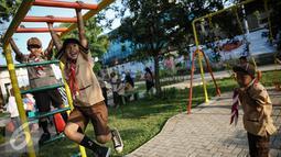 Seorang anak tertawa saat bermain di RPTA Kelurahan Pejagalan, Kecamatan Penjaringan, Jakarta (6/4). Salah satu fungsi RPTRA adalah agar masyarakat bisa saling mengenal dan menjadi tempat bermain anak. (Liputan6.com/Faizal Fanani)