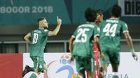 Striker PSS Sleman, Cristian Gonzales, merayakan gol ke gawang Semen Padang pada laga Liga 2 di Stadion Pakansari, Jawa Barat, Selasa (4/12). PSS menang 2-0 atas Semen Padang. (Bola.com/M. Iqbal Ichsan)
