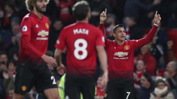 Striker Manchester United, Alexis Sanchez (kanan) berselebrasi usai mencetak gol pada menit ke-90 ke gawang Newcastle United pada lanjutan Liga Inggris di stadion Old Trafford (6/10). MU menang tipis atas Newcastle 3-2. (AP Photo/Jon Super)