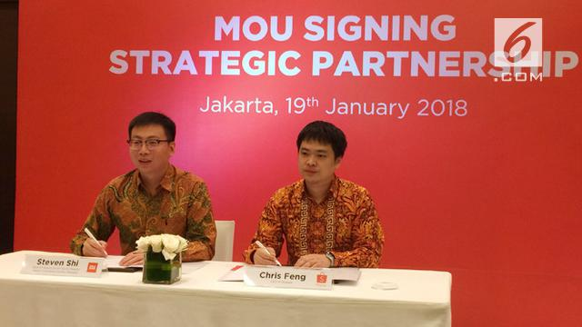 Country Manager Xiaomi Indonesia Steven Shi dan CEO Shopee Chris Feng menandatangani MOU kerja sama strategis di Jakarta, Jumat (19/1/2018).