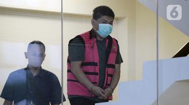 Presiden Komisaris PT Trada Alam Minera Tbk Heru Hidayat (kanan) bersiap menjalani pemeriksaan penyidik di Gedung KPK, Jakarta, Selasa (17/3/2020). Heru diperiksa sebagai tersangka terkait dugaan korupsi di PT Asuransi Jiwasraya (Persero). (merdeka.com/Dwi Narwoko)