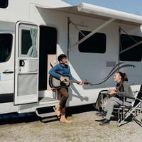 Nadine Chandrawinata dan Dimas Anggara berbulan madu di New Zealand menggunaka Campervan. (foto: istmewa/Henry)