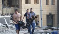 Proses evakuasi korban ledakan di Beirut, Lebanon pada Selasa 4 Agustus 2020 (AP Photo/Hassan Ammar)