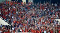 Suporter Timnas Vietnam di Stadion My Dinh, Hanoi, saat leg kedua semifinal Piala AFF 2018 menjamu Filipina, Kamis (6/12/2018). (Bola.com/Dok. AFF Suzuki Cup)
