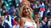 Natali Nemtchinova, artis bintang film dewasa saat mendukung Timnas Rusia di ajang Piala Dunia. (Bola.com/The Sun)