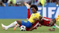 Pemain Brasil, Willian (kiri) berebut bola dengan pemain Serbia, Aleksandar Kolarov pada laga grup E Piala Dunia 2018 di Spartak Stadium, Moskow, Rusia, (27/6/2018). Brasil menang 2-0. (AP/Rebecca Blackwell)