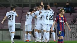 Para pemain Getafe merayakan gol pertama ke gawang Barcelona lewat gol bunuh diri bek Barcelona, Clement Lenglet dalam laga lanjutan Liga Spanyol 2020/2021 pekan ke-32 di Camp Nou Stadium, Barcelona, Kamis (22/4/2021). Getafe kalah 2-5 dari Barcelona. (AFP/Lluis Gene)