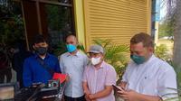 YH suami korban dugaan malpraktik RS Multazam Kota Gorontalo yang didampingi kuasa hukum saat mendatangi Dinas Kesehatan Provinsi Gorontalo (Arfandi Ibrahim/Liputan6.com)