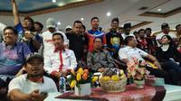 Menpora Imam Nahrawi (kedua dari kiri), Wakil Ketua Umum PSSI, Joko Driyono (tengah), dan Sekjen PSSI, Ratu Tisha (kanan) saat hadir di Islah suporter sepak bola Indonesia di Wisma Kemenpora, Kamis (3/8/2017). (Liputan6.com/Cakrayuri Nuralam).