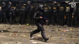 Personil Kepolisian dari satuan Brimob bersiap menghalau massa yang berlaku anarkis di sekitar depan Gedung Bawaslu, Jalan MH Thamrin, Jakarta, Rabu (22/5/2019). Aksi unjuk rasa yang dimotori GNKR berakhir ricuh. (Liputan6.com/HelmiFithriansyah)