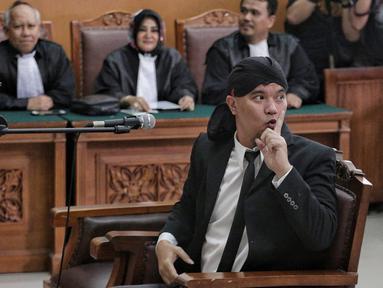 Terdakwa Ahmad Dhani menjalani sidang lanjutan atas kasus ujaran kebencian di PN Jakarta Selatan, Senin (28/1). Dalam sidang beragendakan vonis tersebut, hakim menuntut Ahmad Dhani dengan pidana penjara 1 tahun 6 bulan. (Liputan6.com/Faizal Fanani)