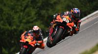 Pembalap KTM, Brad Binder, berhasil menjadi juara pada balapan MotoGP Republik Ceska yang berlangsung di Sirkuit Brno, Minggu (9/8/2020) malam WIB. (AFP/Joe Klamar)