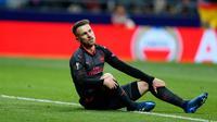 Reaksi pemain Arsenal, Aaron Ramsey setelah gagal mencetak gol ke gawang Atletico Madrid pada laga leg kedua semifinal Liga Europa di Wanda Metropolitano, Kamis (3/5). Arsenal tersingkir dari Liga Europa setelah kalah 0-1. (AP/Francisco Seco)