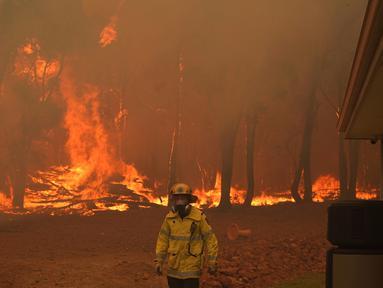 Seorang petugas pemadam kebakaran berada di lokasi kebakaran di dekat Wooroloo, di Perth, Australia, Selasa (2/1/2021). Kebakaran hutan tak terkendali di sebuah wilayah di sebelah timur laut Perth telah menghancurkan puluhan rumah dan kemungkinan mengancam lebih banyak lagi (Evan Collis/DFES via AP)