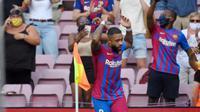 Gelandang Barcelona, Memphis Depay, merayakan gol ke gawang Getafe di La Liga di Camp Nou, Minggu (29/8/2021). (AFP/Lluis Gene)