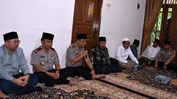 Wakapolri Komjen Pol. Syafruddin (ketiga kiri) menghimbau kepada Kiayi dan santri Ponpes Buntet untuk tidak terpancing isu SARA, Astanajapura, Cirebon, Jawa Barat, Jumat (25/11). (Foto : Polri)