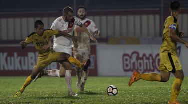 Gelandang PSM Makassar, Willem Pluim, berusaha melewati gelandang Bhayangkara FC, Wahyu Subo, pada laga Liga 1 di Stadion PTIK, Jakarta, Senin (3/12). Kedua klub bermain imbang 0-0. (Bola.com/Yoppy Renato)