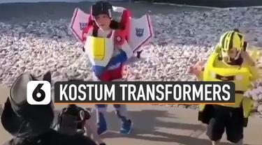 Kostum keren dipakai dan diperagakan oleh tiga bocah ini mirip seperti robot transformers.