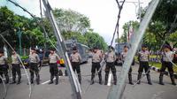 Petugas kepolisian memblokade sejumlah ruas jalan di sekitar kawasan gedung MK, Jakarta, Kamis (21/8/14). (Liputan6.com/Faizal Fanani)