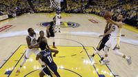 Guard Golden State Warriors Stephen Curry (kanan) mencoba memasukkan bola pada laga play-off NBA melawan New Orleans Pelicans di Oracle Arena, Selasa (8/5/2018) atau Rabu (9/5/2018) WIB. (AP Photo/Marcio Jose Sanchez)