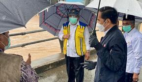 Presiden Joko Widodo atau Jokowi meninjau banjir Kalimantan Selatan (Kalsel) dari atas jembatan Pakauman yang dilintasi Sungai Martapura, Kabupaten Banjar. (Dok Setpres)