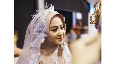 5 Potret Pesona Dewi Perssik dengan Balutan Hijab di Jakarta Fashion Week 2020