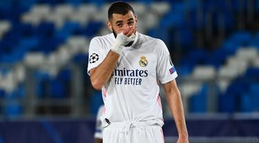 Striker Real Madrid, Karim Benzema, tampak kecewa usai dikalahkan Shaktar Donetsk pada laga Liga Champions 2020/2021 di Estadio Alfredo Di Stefano, Rabu (21/10/2020) malam WIB. Real Madrid kalah 2-3 oleh Shaktar Donetsk. (AFP/Gabriel Bouys)