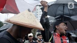 Tiga warga Mojokerto, Ahmad Yani (45), Sugiantoro (31), dan Heru Prasetiyo (24) bersama aktivis melakukan aksi di seberang Istana Negara, Jakarta, Kamis (6/2/2020). Mereka meminta pemerintah menghentikan aktivitas penambangan di Sungai Woro karena merusak lingkungan. (merdeka.com/Iqbal S Nugroho)