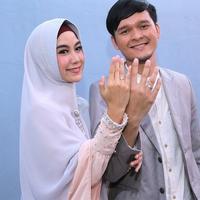 Anisa Rahma buka kado pernikahan. (Deki Prayoga/Fimela.com)