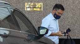 Meski bebas, Keduanya tetap dalam penyelidikan Kepolisian Spanyol yang akan terus mencari bukti-bukti yang memberatkan untuk menjebloskannya ke penjara. (AFP/Josep Lago)
