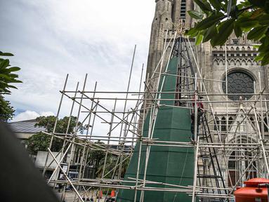 Sebuah pohon Natal sedang dalam proses penyelesaian di Gereja Katedral, Jakarta pada Rabu (16/12/2020). Gereja Katedral Jakarta membuat pohon natal dengan tinggi lebih dari 10 meter dalam rangka menyambut perayaan Natal. (Liputan6.com/Faizal Fanani)