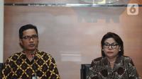 Wakil Ketua Komisi Pemberantasan Korupsi (KPK) Basaria Panjaitan (kanan) dan Juru bicara KPK Febri Diansyah (kiri) memberikan keterangan kronologis operasi tangkap tangan (OTT) di Gedung KPK, Jakarta, Senin (7/10/2019) malam. (merdeka.com/Dwi Narwoko)