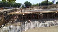 Penampakan pengerjaan bassement proyek revitalisasi Alun-Alun Kejaksan Cirebon. Foto (Liputan6.com / Panji Prayitno)