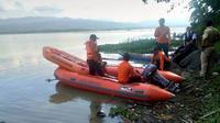 Pencarian korban tenggelam Sungai Serayu di tengah malam. (Foto: Liputan6.com/RAPI BNA/Muhamad Ridlo)
