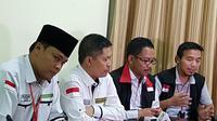 Ketua PPIH Ahmad Dumyati Basari (kedua dari kiri) memberikan keterangan terkait pembebasan tiga jemaah haji, setelah ditahan di Madinah, Arab Saudi, lantaran membawa uang Rp 6,2 miliar. (Liputan6.com/ Muhammad Ali)