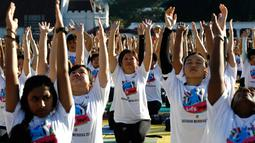 Sejumlah peserta mengikuti latihan yoga di Lapangan Independen di Kuala Lumpur, Malaysia (2/7). Acara yang merupakan perayaan Hari Yoga Sedunia dihadiri oleh Wakil Menteri Wilayah Persekutuan, Datuk Loga Bala Mohan. (AP Photo / Daniel Chan)