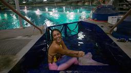 Mahasiswi biologi laut Isabela Cardoso berkostum putri duyung bersiap menyelam di Rio de Janeiro Aquarium, Brasil (14/1). Aksi Isabela tersebut untuk memprotes bahaya pencemaran laut dalam kehidupan laut di Rio de Janeiro. (AFP Photo/Mauro Pimentel)